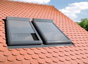 Fakro Sparpaket Dachfenster PTP-V U3 mit elektrischem Rolladen ARZ Electro 230 V und Eindeckrahmen